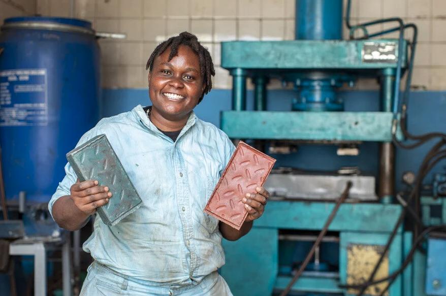 Engenheira queniana usa resíduos de plástico para produzir tijolos de alta resistência